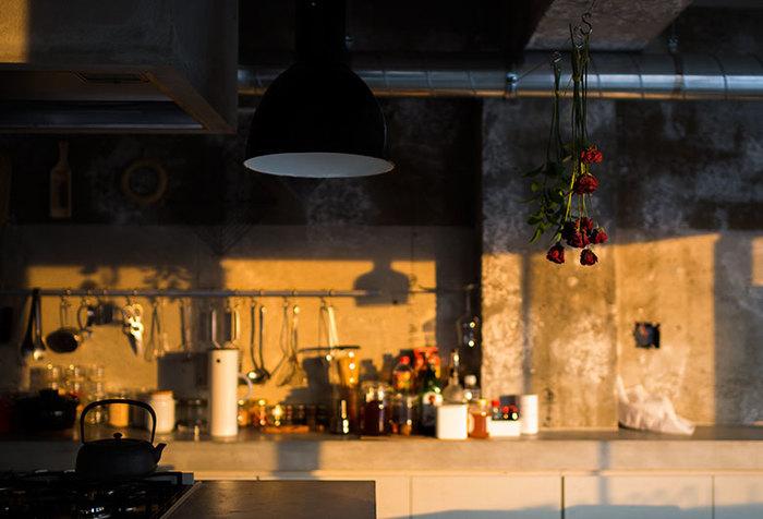 乾燥させる間も楽しむことができるのがハンギング法の良いところです。真っ赤なバラが吊るしてあるキッチンは空間が引き締まるようで素敵です。