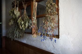 種類の違うドライフラワーを窓辺に飾るのも趣がありますね。花が違うとボリュームや香りの違いを楽しむことができます。