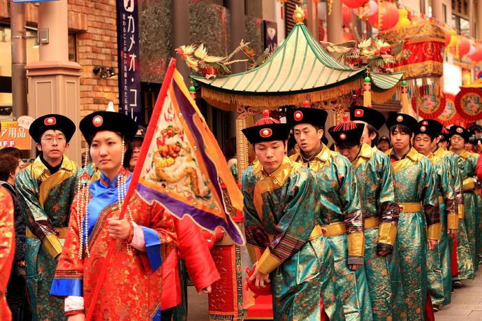 長崎ランタンフェスティバルの名物「皇帝パレード」は、正月に皇帝と皇后が民衆と共に新しい年を祝っているイメージで、中央公園から湊公園まで約150人が練り歩きます。毎年、長崎にゆかりのある著名人が皇帝と皇后として神輿に乗るのも見どころで、2017年はソフトバンクホークスの川崎宗則選手と武田鉄矢さんが皇帝役を務めました。今年は2月17日と24日の14時から中央公園を出発します!