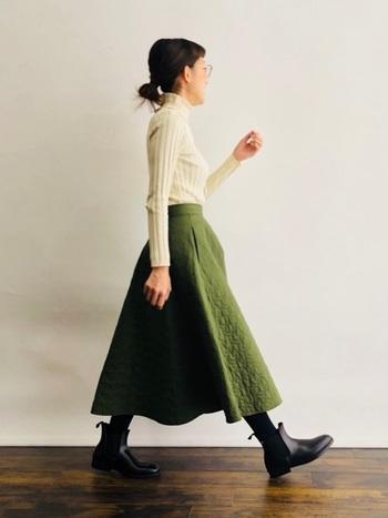 キルティングのスカートの表情がかわいらしいコーディネート。実はこちらレインブーツなんです。 こんな素敵なコーディネートなら、雨の日も楽しくなりそう。