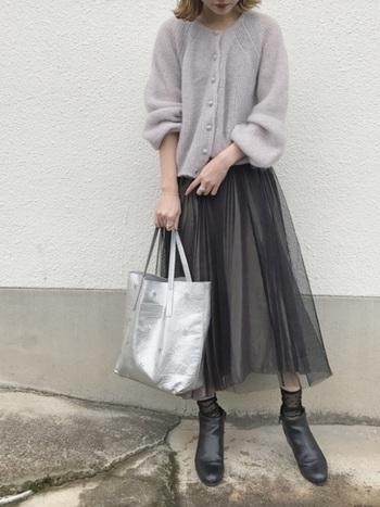 ふわふわ揺れるスカートと、ふんわりした素材のカーディガン。合わせるのはかっちりしたショートブーツ。素材のミックス感を楽しめるコーディネートです。