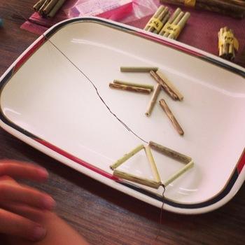 ヒンメリの基本となる正八面体。均等に切り揃えた12本のストローを、手順に沿って5つの三角形に糸でつないでいきます。最後に立体につなぎ、はじめと終わりを結んで整えます。  ※写真は篠竹で作るヒンメリ