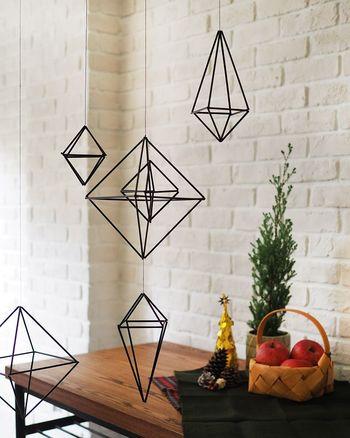ヒンメリの伝統的な素材は麦わらストローですが、プラスチック、紙、金属のストローでも作れます。素材や色によって、プリミティブな雰囲気にもモダンな雰囲気にもなるヒンメリ。お部屋のイメージに合わせた素材で作ってみましょう。