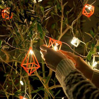 もちろん、シンプルにツリーのオーナメントとして使うのも◎!小さいサイズをたくさん飾るのも可愛いかも。ツリーもいっきにナチュラルな装いになりますね。クリスマスツリーのトップを飾る星をヒンメリでデザインするのもグッドアイデア。存在感バツグンなのに、上品な仕上がりになるでしょう!