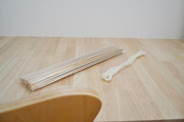 ヒンメリ作りに必要な材料は、中が空洞になったストロータイプの麦わらと、それをつなぐ針金や糸のみです。