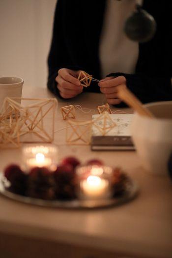 いかがでしたか? 冬の長いフィンランドの伝統工芸品「ヒンメリ」の魅力、暮らしのシーンへの取り入れ方、基本的な作り方などをご紹介しました。これからの季節、ナチュラルなクリスマスの飾りとしてもおすすめのヒンメリ。麦わらと糸だけで簡単にはじめられ、基本をマスターしたら複雑なものにも挑戦していけるので、冬の間の手芸としておすすめです。ぜひ挑戦してみてください。