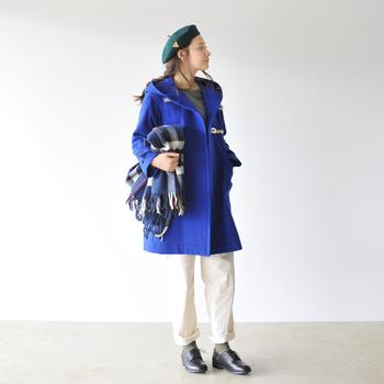 ララミーにダッフルコート、ベレー帽を合わせてヨーロピアントラディショナルなコーディネート。白いパンツに合わせると足元を引き締めてくれます。