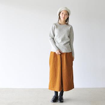 パンツスタイルのほか、スカートにも合わせやすい「ララミー」。こんなロングスカートと合わせても可愛らしいコーディネートに。トゥの丸みがポイント。