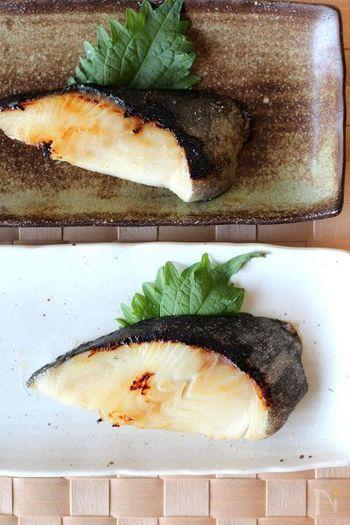 グリルの火かげんは青魚と白身魚のときは「中火です」 味噌漬けや西京漬けなど味のついているものは焦げやすいので「弱火」で焼きます。