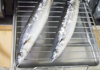 焼き魚は、先に6割、返して4割を焼き上げるという鉄則があります。  「魚を焼く場合、一度火にかけたらおっとりした気持ちで色よく焼き、そうたびたび返さない。返すのは、一度だけでよい」ということです。慣れないうちは焦げるのが心配で、とかく返して見たいものですが、そうすると身くずれをおこす原因になります。