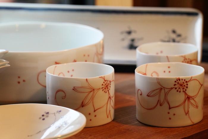陶房「青」の器は、手描きで絵付けされ、温もりを感じる作品ばかりです。陶房にショップが併設されているので、製作中の器や製作過程を見ることができます。