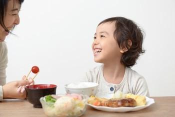 普段私たちが何気なく食事の時に使っているお箸やフォーク、お椀などの使い方は、誰もが小さいころ家庭で教わってきたもの。小さいころにご両親から厳しくしつけてもらった人も多いのではないでしょうか?昔は大変だったと思いますが、すべてはあなたが恥をかかないようにするためと、あなたと一緒にご飯を食べる人のことを考えてのこと。