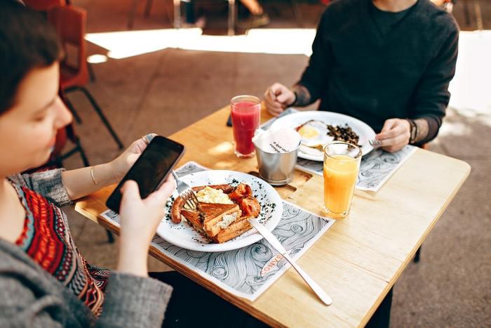 食事中にお皿の横にスマホを置いておき、通知が鳴るたびにスマホをいじる人や、食事や店内の写真をひっきりなしにカメラに収める癖のある人は要注意。一緒にご飯を食べる人はもちろん、周囲に座っている人の中にはゆっくり会話や食事を満喫したい人もいます。片手でスマホを操作しながら食べる「ながら食べ」は行儀が悪く見えるだけでなく、周囲の雰囲気を壊しかねないので、一人でご飯を食べているときも、誰かと一緒の時もスマホ操作は控えるようにしましょう。