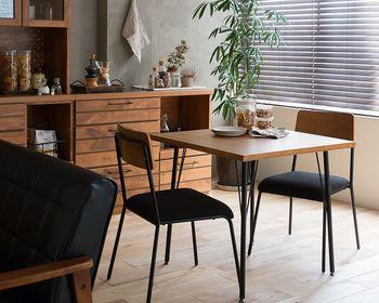 ウッド×アイアンのスタイリッシュなカフェテーブル。スッキリとした印象で、置くだけでモダンなインテリアにアップデートしてくれます。