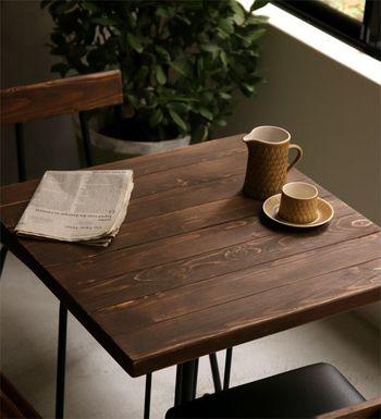 ヴィンテージ感溢れるデザインが魅力のカフェテーブル。シックで落ち着いた雰囲気を醸し出します。カフェタイムはもちろんちょっとした食事にも使える、ちょうど良いサイズです。