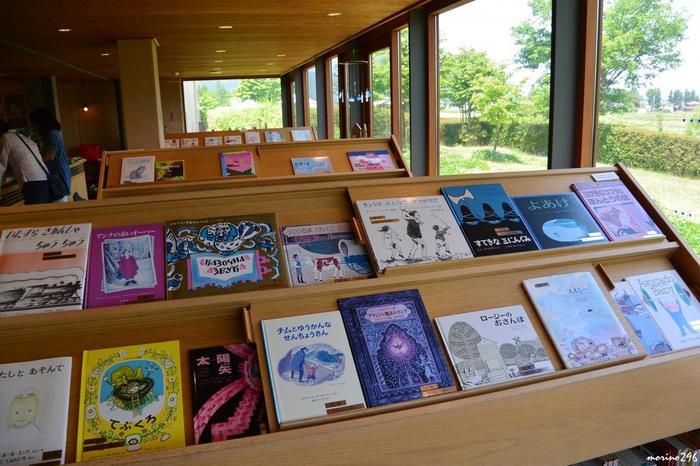 館内にはいわさきちひろの作品だけでなく、さまざまな視点から集めた世界の絵本画家の作品が展示されています。