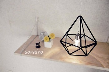 ヒンメリはランプシェードとしても使えます。ヒンメリも淡い光に照らされて、より幻想的な雰囲気になりますね。