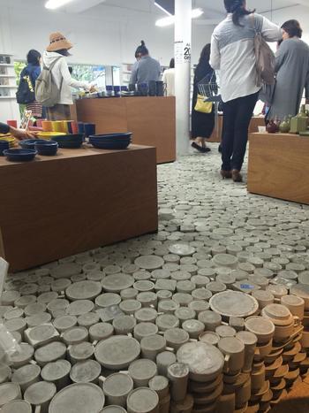 器をセメントで固めて作られている店内の床も、一見の価値ありですね。