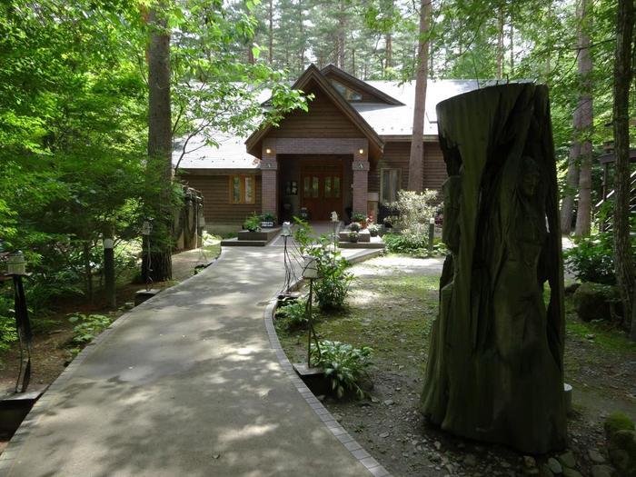 北アルプスの麓の森の中にひっそりと佇む「絵本美術館 森のおうち」。安曇野の素敵なロケーションの中でお好きな絵本をテーマにした結婚式もできるということなので、とびきりメルヘンチックなウエディングも叶いそう。