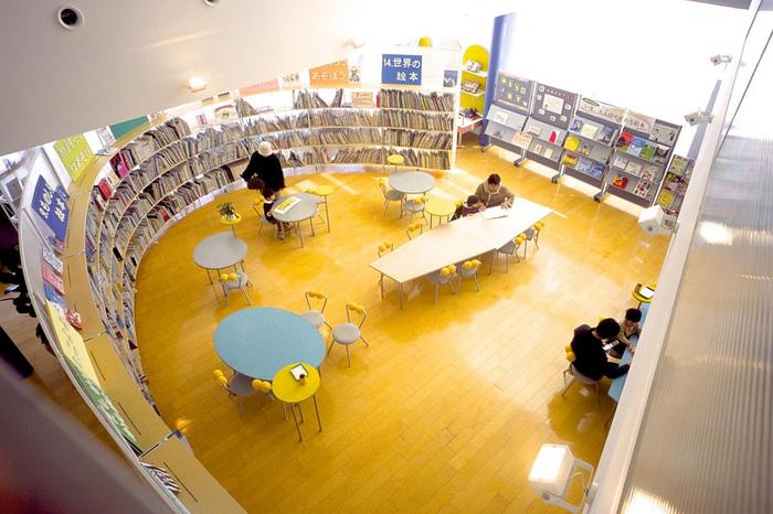 圧倒的な絵本の蔵書数がうれしいライブラリーも!子どもたちと家族でゆっくり本の世界に没頭できそうですね。