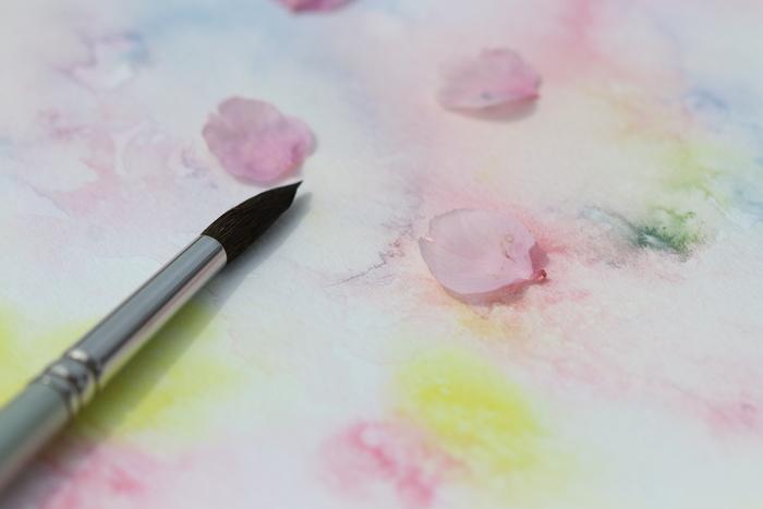 水をたっぷりつけてぼかしながら描くと、透明感のある儚い花びらも表現できます。花びらのグラデーションや、重なりの陰影を意識しながら描いてみて。
