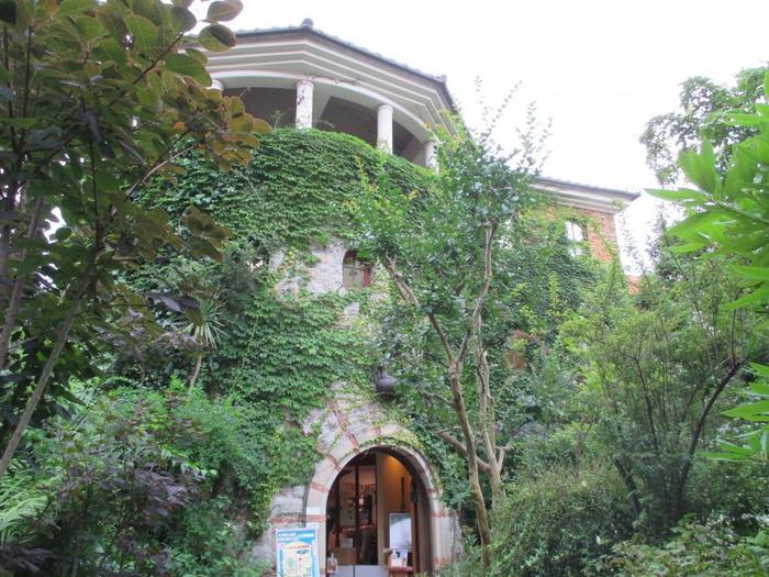 長崎の大浦天主堂やグラバー園が立ち並ぶ丘に佇む素敵な洋館が「祈りの丘絵本美術館」。まるでジブリの映画に出てきそうな雰囲気のある洋風建築の絵本美術館です。