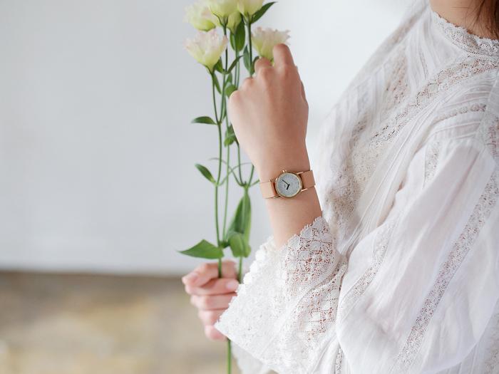『小さなメタルの腕時計』という名称のとおり、女性の華奢な手首とのバランスがきれいに見える小ぶりなサイズ感が特徴のひとつです。大人っぽく、女性らしく――着けるだけで理想の手元が叶います。しかも、ソーラー式というから驚き。あまり意識していない方も多いと思いますが、電池を定期的に交換する手間が不要というのは、永く愛用するうえで大事なポイントになってきます。