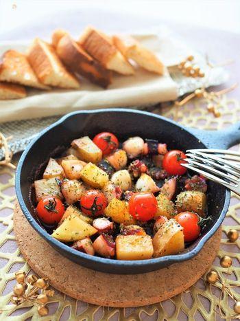 食べやすいサイズにカットしたタコとじゃがいもを、にんにくとオリーブオイルで炒めるだけの簡単さ。ピリッと辛みが効いたカイエンペッパーを加えて、本格的なバルの味を楽しみましょう。