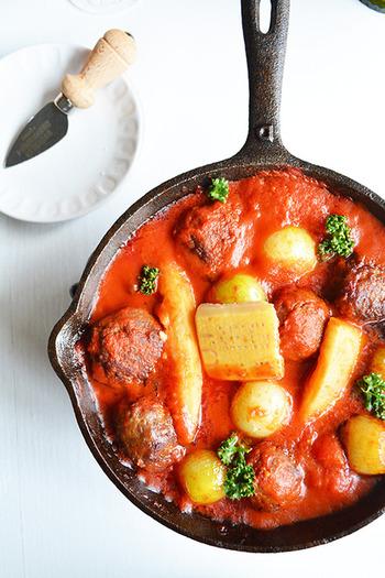 大きなポークボールを野菜と濃厚なトマトソースでコトコト煮込むことで、ソースも美味しい煮込みが完成。ポークボールは敢えて大きめにすることで、ジューシーな仕上がりに。バケットを添えて、旨みたっぷりなソースをくぐらせて二度楽しめる一品です。