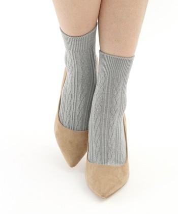 三つ編み柄がかわいいケーブルソックスは冬っぽいほっこりデザイン。丈感もパンプスやショートブーツにも合わせやすい丁度いい長さなので、1足持っていると色々なコーデに活躍しそうです。