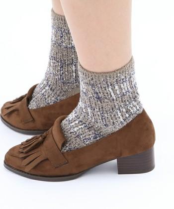 こちらの靴下はチェック柄ですが、ふわっとした素材感なので柄の感じも自然で、暖かさにも期待できます。フリンジ付のヒールローファーと合わせれば、ワンランク上の今年らしいトラッドスタイルに◎
