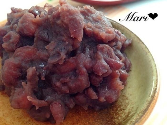 お鍋で小豆を炊くレシピ。お鍋の余熱を利用して、小豆をふっくらさせるので、コトコト煮る時間がかなり少なく、エコなレシピにもなっています。