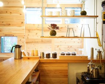 グラフィックデザイナー出身のオーナーがDIYで内装を手掛けたカフェです。アイディアがつまったラボのような店内は小さいながらもリラックスできる空間です。ナナハン焙煎機を使った焙煎体験レッスンも開催しています。