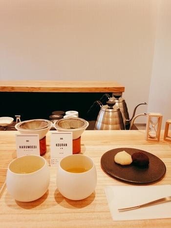 全国の農園から届いた選りすぐりの茶葉をハンドドリップで淹れる日本茶専門店。オススメは、煎茶2品の飲み比べと和菓子のセットです。