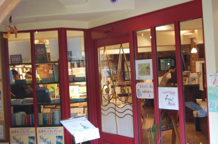 1階には、こどもの本の店・童話館のフロアーが。約10,000冊ものこどもの本や絵本に出会うことができます。