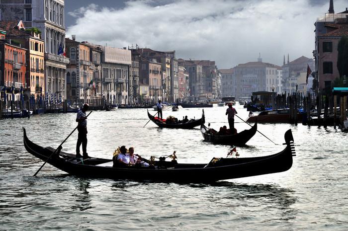 運河の上を行き交う無数のゴンドラは、ヴェネツィアの風物詩でもあり、ヴェネツィア観光におけるハイライトとも言えます。現在のゴンドラは、観光用のものとなっていますが、かつては市民の交通手段として欠かせなかった重要な乗り物でした。