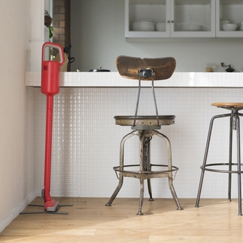 見た目も美しく、機能性も抜群。吸引力のあるコードレス掃除機です。スリムなスティックタイプで、カウンターやお部屋の片隅に置いておけばいつでも気軽にお掃除できます。