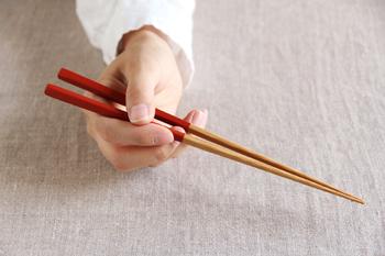 食事の際に、何気なく使っているお箸。ただ食べ物を挟んで口に運べればいい…というだけでは美しく食べることはできません。  正しいお箸の使い方としては、以下の4つです。みなさんはいくつ当てはまりますか? ①親指・人指し指・中指の3本で、箸頭から1/3の部分を持つ ②中指が上下のお箸に触れている ③箸先がぴったりとつく ④箸先を開いたとき、中指は上のお箸についていて下のお箸は動いていない