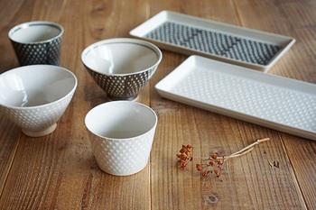「お皿やお椀はしっかりと持って食べなさい」と教えてもらった人は多いでしょう。しかし器の種類によっては、手に持っていけないタイプもあります。 持っていけない器は、①魚(焼き魚・刺身)がのった器②鉢など手より大きな器③天ぷらの器―の3つです。 それ以外のお茶碗や小皿、小鉢、丼などは手に持っていい器なので、適宜判断しましょう◎。