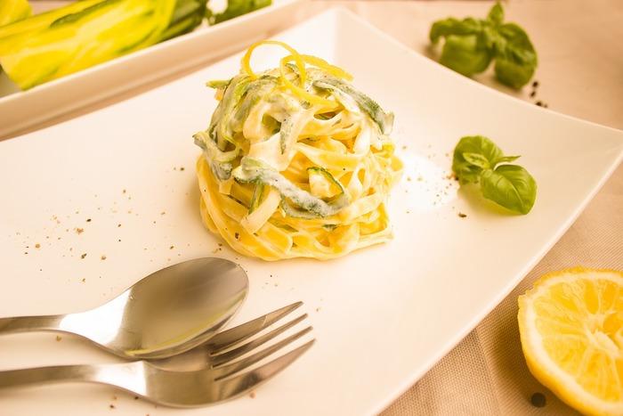 ロングパスタといえばやはりスパゲッティやスパゲッティーニがお馴染みではありますが、「たまには濃厚ソースで満足感のあるパスタが食べたいな」という時は、ぜひタリアテッレもお試しを。おうちのパスタメニューがぐんと広がりますよ♪