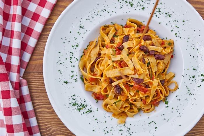 タリアテッレは小麦の味がしっかり主張する太いパスタなので、ボロネーゼをはじめとする濃い味のソースとよく合います。ほかにも、クリーム系やトマト系のソースとも好相性。いろいろな楽しみ方ができます。