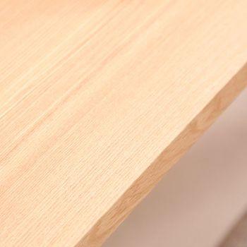 ところで家具で人気の木ってどんな木だと思われますか? 北欧家具でもお馴染みのオーク(楢)やチークにウォールナット(くるみ)、マホガニーやアッシュ(タモ)といった固くて丈夫な銘木が人気です。 木によって白っぽいもの、赤っぽいもの、黒っぽいものと色の違いにも特徴が。 ナチュラルテイストでおすすめなのは、明るい色目で人気のホワイトオークやホワイトアッシュ、メープルも白に近い色目で人気があります。