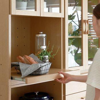 キッチンは機能的で作業がしやすく、使い勝手が良いことが求められます。 スタッキングしたり横に並べたりして、キッチンや使い勝手に合わせて自由に変形できるキッチン収納がおすすめです。ナチュラルテイストに最適な家具がたくさんありますよ。