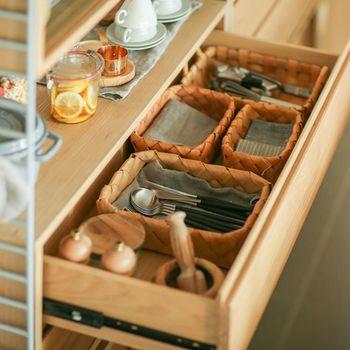 キッチン雑貨も天然素材でまとめるとよりナチュラルな雰囲気に◎おすすめは見せる収納にも引き出し収納にも使いやすい天然素材のカゴ類。形もきれいです。
