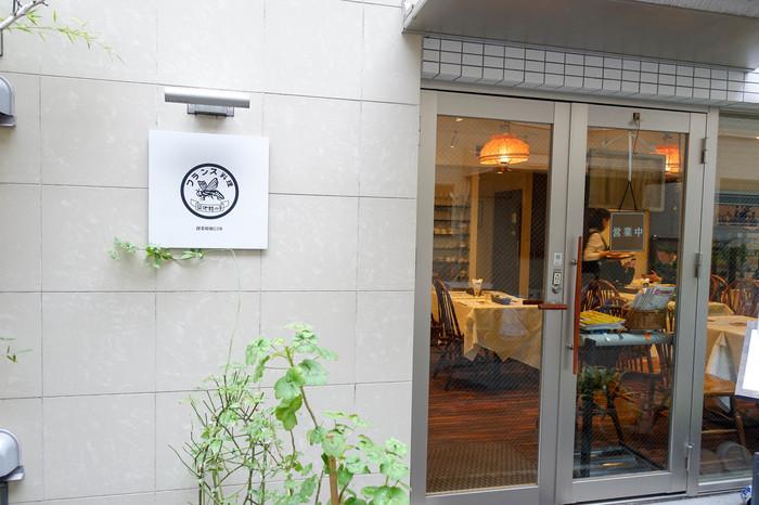 東京メトロ新富町駅から徒歩3分。1948年創業の老舗ですが、店舗自体はリニューアルして清潔感のあるきれいなたたずまいになっています。築地でオムライスといえば、こちらのお店のことを思い浮かべる方が多いお店です。