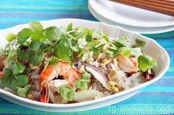 """エスニック風味の春雨サラダ""""ヤムウンセン""""も、しらたきで代用するとヘルシーに。茹でて下処理することで独特の臭みが取れ、他の具材や調味料ともなじみやすくなりますよ。"""