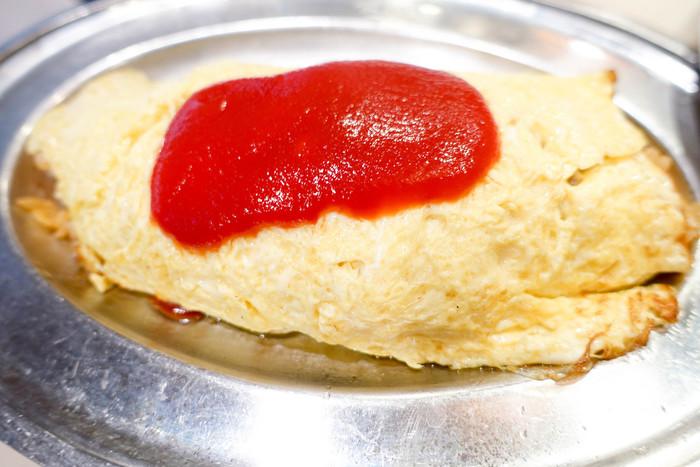 チキンの入ったケチャップライスは玉ねぎのしゃきしゃきとした食感が楽しめます。オムライスは単品で頼むとケチャップが上にかけられ、ランチタイムのセットメニューだとデミソースでいただけます。