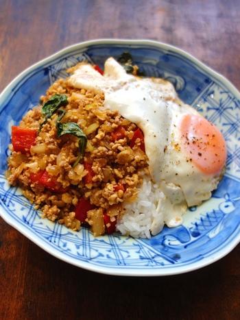 普段使用するひき肉の量の半分を、豆腐で代用したガパオライス。豆腐はいためるとそぼろ状になり、ナンプラーや豆板醤など、調味料でしっかり味付けすることで美味しくいただけます。