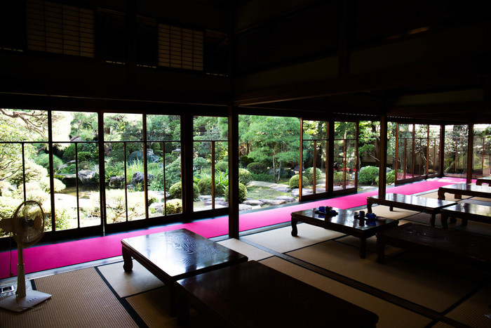 山本亭最大の見どころ、書院造の庭園は、2016年アメリカ発行の日本庭園専門誌で3位に輝いています。滝のせせらぎに耳をすませつつ、日本ならではの景勝に癒されます。