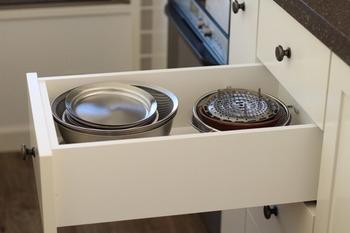 キッチンアイテムは、キッチンの収納棚にしまうと◎。種類ごとに引き出しを分けたり、よく使うアイテムを上の棚にしまったりすれば、取り出しやすいですよ。
